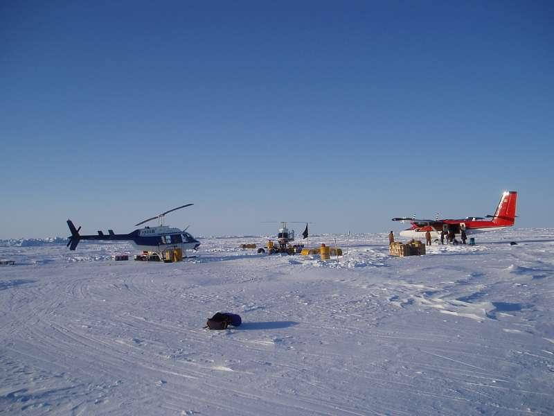 Lufthavnen i islejren. Det er her Jørgen, Mike og Greg yder service til flyvegrejet. Der er ingen Taxfree i lufthavnen.