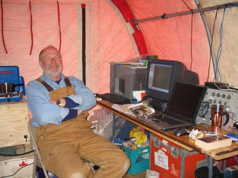 Mike Gorveatt på vagt ved den drivende seismiske station. Mike smiler sagligt efter et bad og en pause i Alert.