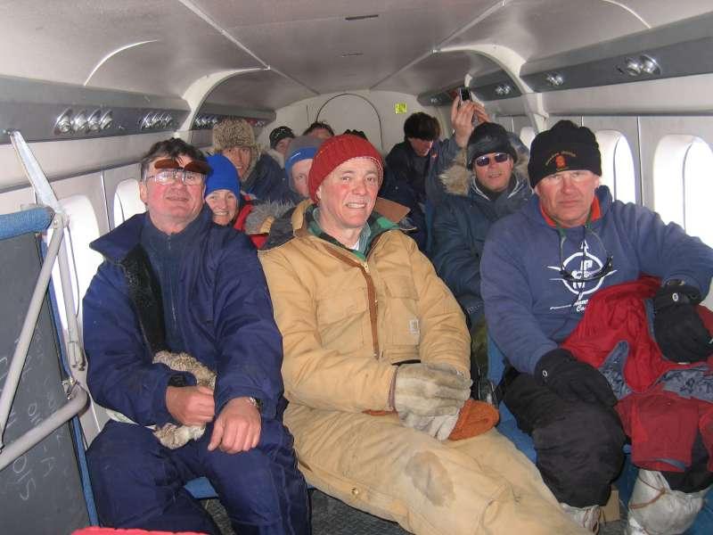 Trætte isfolk på vej hjem til Alert i Twin Otteren efter en lang arbejdsdag.