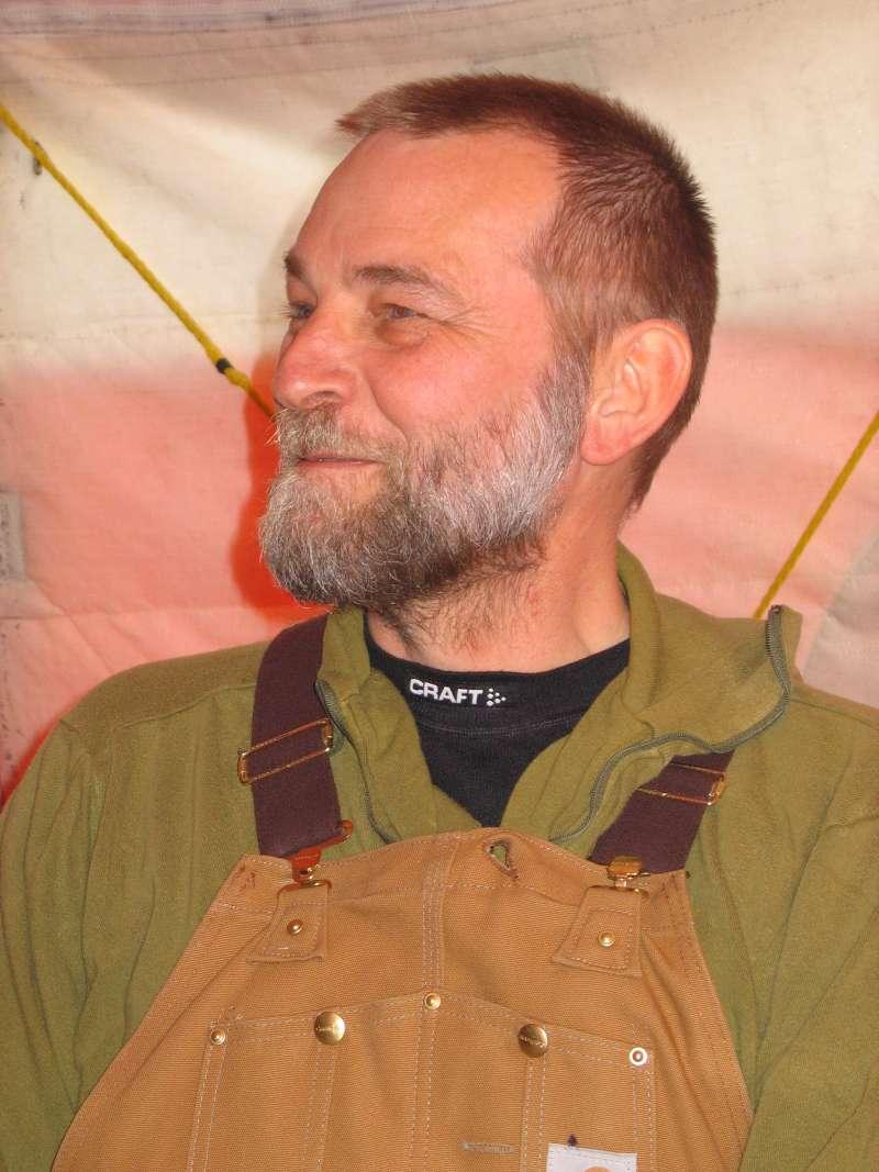 Islejrens leder Jørgen Skafte smiler, da han finder ud af at Twin Otteren er ankommet til lejren sent på aftenen. Han skal så alligevel ikke skaffe husly til ni ekstra personer.