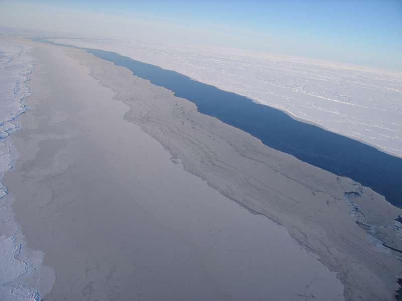Lngstrakt åbning i isen set fra ca. 600 meters højde. Langs sådanne åbninger kan der ske voldsomme forskydninger, når isen driver.