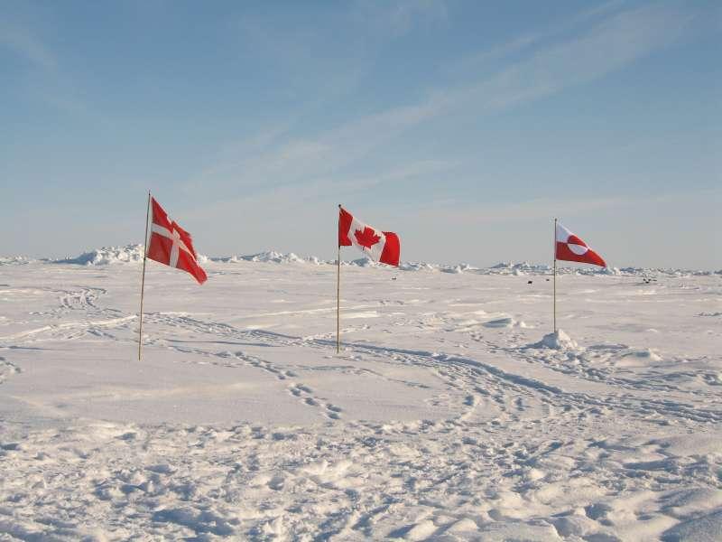 Flagparade ved islejren. Fra venstre til højre har vi det danske, det canadiske og det grønlandske flag.