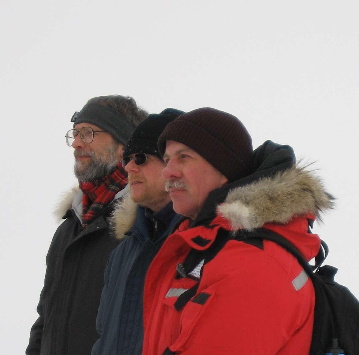 Peer Jørgensen kigger på Twin Otteren lige før dens afgang til Eureka sammen med Dave Snyder og Kelly Bentham.