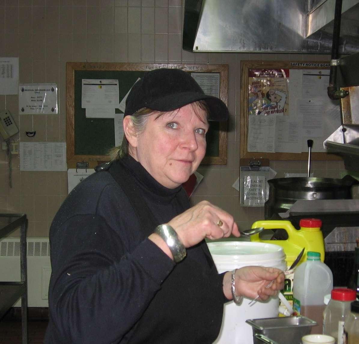 Dorothy Edwards vores favorit-kok prøvesmager lidt mad i det lille køkken i fællesrummet i Spinnaker bygningen i Alert.
