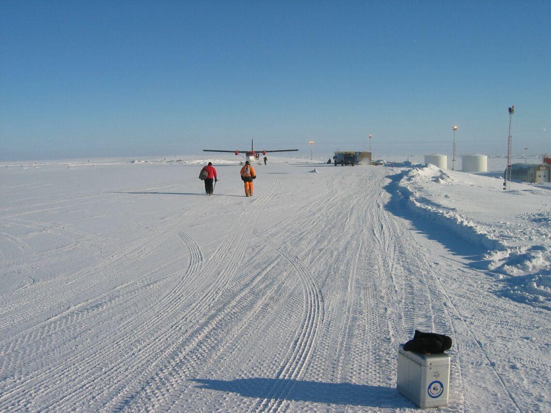 Morten Sølvsten og Jon Biggar fra BG-holdet gik forgæves ud til helikopteren i Alert. De kom desværre ikke ud at flyve i dag.