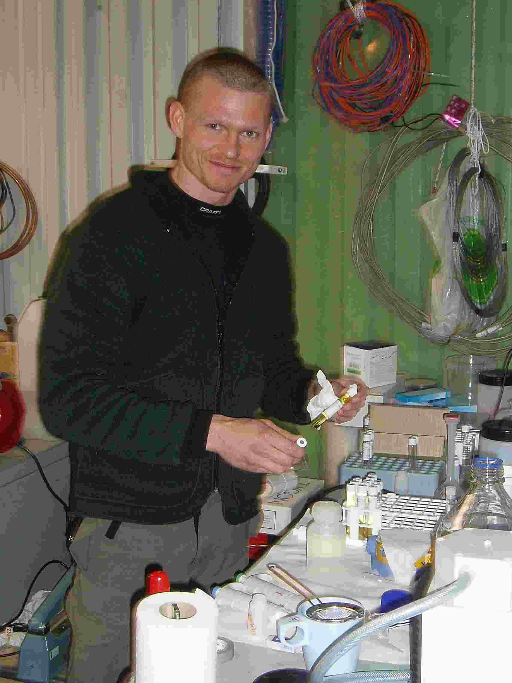 Martin Blicker kigger på vandprøver i det lille laboratorium i Spinnaker bygningen i Alert. Prøverne blev indsamlet den 21 april ved islejren. Sammen med Søren Ryesgaard undersøger han havisens betydning for udvekslingen af CO2 mellem atmosfæren og havet.