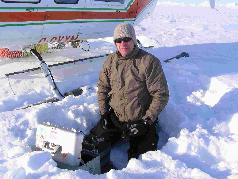 Arne Olesen fra Danmarks Rumcenter i gang med at måle tyngden ved et af målepunkterne på den ydre linie.